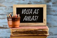 Texto volta como aulas, de volta à escola no português Fotografia de Stock Royalty Free