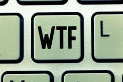 Texto Wtf de la escritura de la palabra Concepto del negocio para la abreviatura escrita argot ofensivo a la sorpresa y al asombr foto de archivo