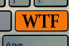 Texto Wtf de la escritura de la palabra Concepto del negocio para la abreviatura escrita argot ofensivo a la sorpresa y al asombr foto de archivo libre de regalías
