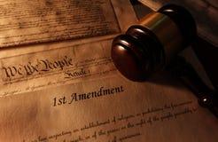 Texto y mazo de la Primera Enmienda imagen de archivo libre de regalías