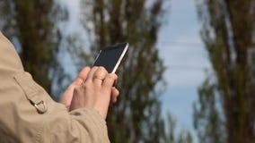 Textos adolescentes en su teléfono celular metrajes