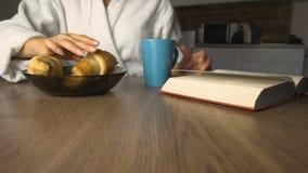 Textos da menina durante o café da manhã filme