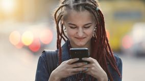 Textos de la muchacha en calle almacen de metraje de vídeo