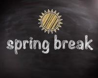 Textos de las vacaciones de primavera en la pizarra con el diseño de Sun Imagenes de archivo