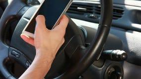 Textoter avec un téléphone intelligent banque de vidéos