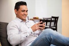 Textoter un ami à l'aide de mon téléphone Image libre de droits