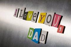 Textotez l'amour vous papa pour le jour de père avec des coupures de lettre de magazine de couleur sur la surface métallique cour Photographie stock