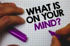 Textotez l'apparence de signe ce qui est sur votre question d'esprit La photo conceptuelle large d'esprit pense à la prise intell Photo libre de droits