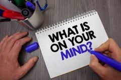 Textotez l'apparence de signe ce qui est sur votre question d'esprit La photo conceptuelle large d'esprit pense à la prise intell Photos stock