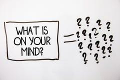 Textotez l'apparence de signe ce qui est sur votre question d'esprit La photo conceptuelle large d'esprit pense au fond blanc e d Photos stock