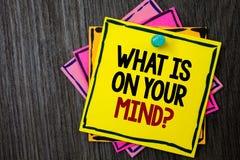 Textotez l'apparence de signe ce qui est sur votre question d'esprit La photo conceptuelle large d'esprit pense au fond en bois d Photos stock