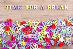 """Textotez la """"heure pour une coupure """"des lettres en bois colorées images stock"""