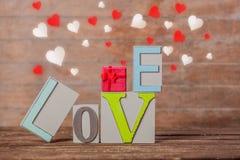 Textotez la boîte d'amour et de gfit avec des formes de coeur autour Photographie stock