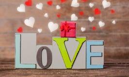 Textotez la boîte d'amour et de gfit avec des formes de coeur autour Photo libre de droits