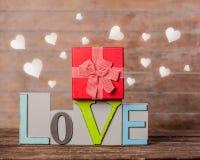 Textotez la boîte d'amour et de gfit avec des formes de coeur autour Images libres de droits