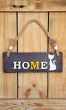 Textotez la maison douce à la maison avec le chat sur le fond en bois photos stock