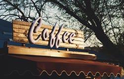 Textotez le coffe au-dessus d'une boutique images stock