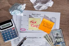 Textotez le ` de temps d'impôts de ` sur les feuilles d'impôt 1040 avec le stylo, calculatrice Photos libres de droits