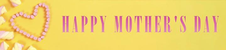 Textotez le jour du ` s de valentine dans la forme de coeur des bonbons concept d'amour sur le fond jaune Image libre de droits
