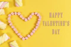 Textotez le jour du ` s de valentine dans la forme de coeur des bonbons concept d'amour sur le fond jaune Photos stock