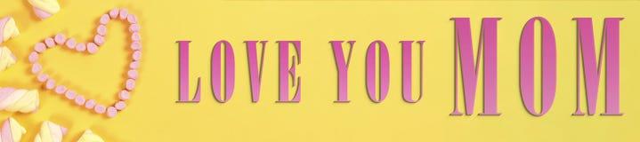 Textotez le jour du ` s de valentine dans la forme de coeur des bonbons concept d'amour sur le fond jaune Photographie stock libre de droits