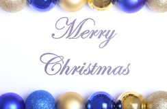 Textotez le Joyeux Noël sur le papier avec beaucoup de boules Photographie stock