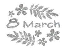 Textotez le 8 mars, les petites fleurs gentilles et les feuilles du scintillement argenté sur le fond blanc Photographie stock libre de droits