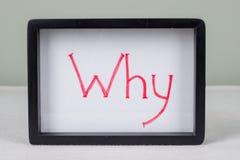 Textotez le mot pourquoi, dans le cadre noir, la table blanche image libre de droits