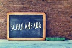 Textotez le schulanfang, de nouveau à l'école en allemand, écrit sur un tableau Image libre de droits