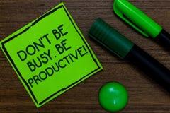 Textotez le signe montrant Don t pour ne pas être occupé Soyez productif Le travail conceptuel de photo organisent efficacement v photographie stock