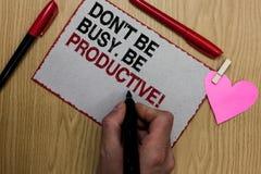 Textotez le signe montrant Don t pour ne pas être occupé Soyez productif Le travail conceptuel de photo organisent efficacement v photos libres de droits