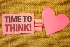Textotez le signe montrant l'heure de penser l'appel de motivation Les idées de pensée de planification de photo conceptuelle rép images stock