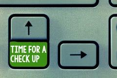 Textotez le signe montrant l'heure pour un contrôle  La photo conceptuelle un examen complet vont voir sur quelque chose quelqu'u images stock