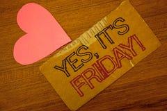 Textotez le signe montrant oui, il est appel de motivation de vendredi Photo conceptuelle ayant le week-end prenant la page déchi Image stock