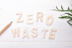 Textotez les d?chets z?ro avec les feuilles vertes sur le fond blanc photos stock