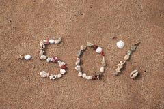Textotez 50 pour cent sur le sable fait à partir de la coquille Photographie stock libre de droits