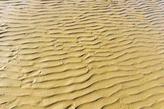 Textre, projeto pela água flui na areia foto de stock