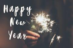 Texttecken för lyckligt nytt år, lyckligt nytt år och begrepp för glad jul hållande bränning för hand Royaltyfri Fotografi