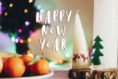 Texttecken för lyckligt nytt år på den lantliga tabellen för jul med stearinljus w Fotografering för Bildbyråer