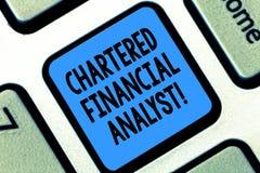 Texttecken som visar beviljad för Conceptual för finansiell analytiker investering foto och finansiella professionell tangentbord arkivbild