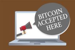 Texttecken som visar Bitcoin som här accepteras Det begreppsmässiga fotoet kan du inhandla saker till och med högtalare för Crypt Royaltyfri Foto