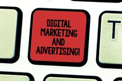 Texttecken som visar den Digital marknadsföringen och annonserar För massmediabefordran för begreppsmässigt foto social analysisa arkivbilder