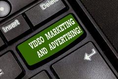 Texttecken som visar den videopd marknadsföringen och annonserar Begreppsmässigt tangentbord för strategi för optimization för fo royaltyfria foton