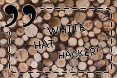 Texttecken som visar den White Hat en hacker Begreppsmässig sakkunnig specialist för fotodatorsäkerhet i den trägenomträngningspr arkivfoton