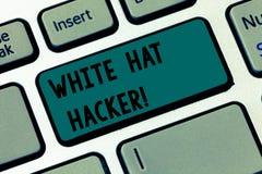 Texttecken som visar den White Hat en hacker Begreppsmässig sakkunnig specialist för fotodatorsäkerhet i tangentbord för testa fö arkivfoton