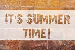 Texttecken som visar det s-sommar Tid Det begreppsmässiga fotoet kopplar av den soliga varma säsongen av väggen för tegelsten för vektor illustrationer