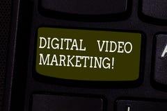 Texttecken som visar Digital den videopd marknadsföringen Det begreppsmässiga fotoet använder av videopn innehåll för att främja  royaltyfri foto