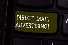 Texttecken som visar direkt post som annonserar Det begreppsmässiga fotoet levererar marknadsföringsmaterial till klienten av det arkivfoto