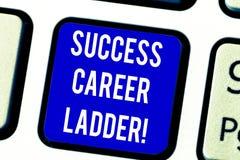 Texttecken som visar framgångkarriärstegen Begreppsmässig fotorörelse upp av karriären till den företags stegetangentbordtangente arkivbild