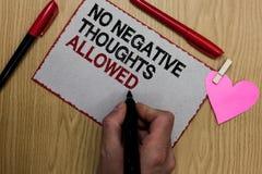 Texttecken som visar inga tillåtna negativa tankar Skriftlig klibbig anmärkning för begreppsmässig vibes för foto alltid positiv  arkivfoton